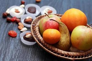 Süßigkeiten und Früchte foto