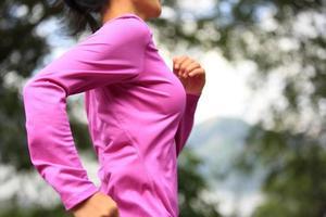 Fitness-Sportfrau des gesunden Lebensstils, die auf tibet Straße läuft