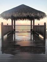Sonnenaufgang am Ende des Docks. foto