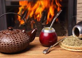 Kumpel in der Kalebasse, Wasserkocher, Yerba auf Feuer Hintergrund foto