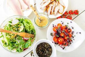 Salat mit gegrilltem Fleisch, geräuchertem Fisch und verschiedenem Gemüse. foto