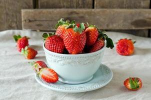 frische Erdbeeren in einer Schüssel foto