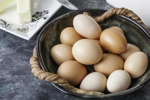 braune Eier aus Freilandhaltung in einer Schüssel foto