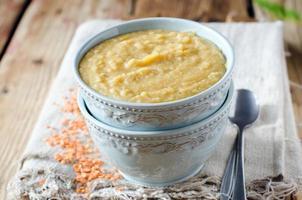 Püreesuppe aus Linsen und Gemüse foto