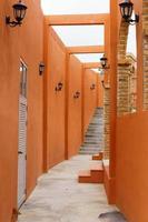 alter orangefarbener Korridor mit offenem Dach