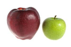 rote und grüne Äpfel bedeckt von Wassertropfen isoliert foto