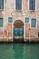 Gebäude mit traditionellen venezianischen Fenstern in Venedig, Italien foto