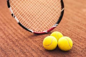 Nahaufnahme von Tennisbällen und Schläger foto