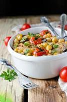 gebackenes Huhn mit Kichererbsen und Gemüse foto