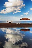 Hängematte mit Sonnenschirm und Stühlen