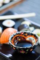 Schüssel Sojasauce auf Sushi-Platte foto