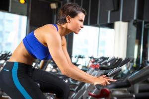 Aerobic, das Frauentraining im Fitnessstudio ausübt foto