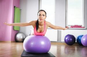 Fitnessübungen mit Ball foto