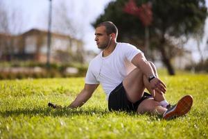 Mann, der im Freien trainiert foto