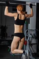 topless Mädchen, das im Fitnessstudio trainiert foto