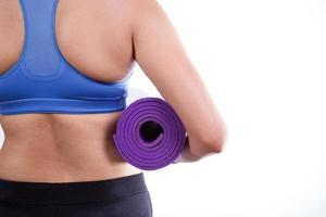 dicke Frau hält eine Yogamatte