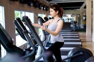 Fitness junge Frauen trainieren, indem sie auf dem Laufband laufen. foto