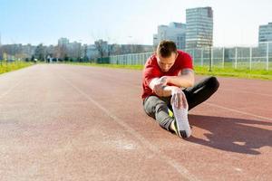 Sportler wärmen und dehnen foto