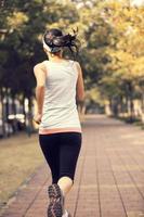 Fitness Frau Morgenübung Joggen im Park foto