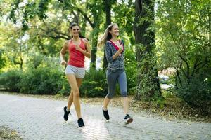 zwei junge Frauen joggen