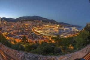 Luftaufnahme von Monaco kurz nach Sonnenuntergang foto