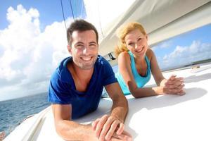 Porträt eines jungen Paares auf einem Segelboot foto