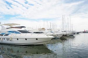 Luxusyachten geparkt in einer Bucht am Meer