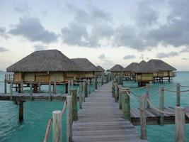 Pier zu den Überwasserbungalows foto