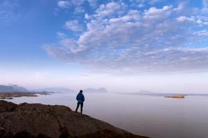Touristenfrau auf der Spitze des Felsens foto
