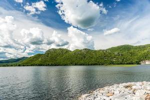 blauer Himmel über dem See über dem Damm foto