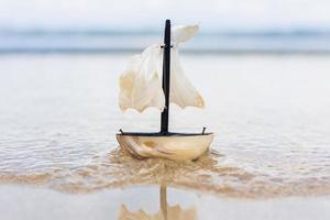Spielzeugsegelboot am Strand