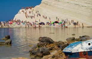 Boot auf den Felsen in Italien