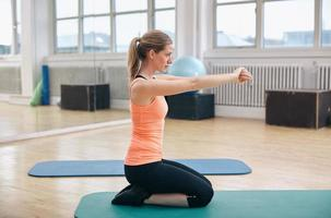 Fitness-Frau, die im Fitnessstudio trainiert foto