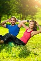 Paar, das im Stadtpark trainiert. Sport im Freien foto