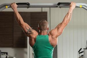 Bodybuilder machen Klimmzüge am besten Rückenübungen foto