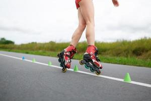 Beine des Mädchens mit Rollschuhübung foto