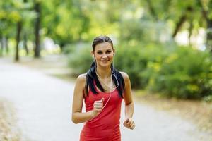 junger schöner Athlet, der im Park joggt