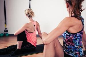 Frauen strecken ihren Rücken im Fitnessstudio
