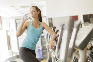 junge Frau im Fitnessstudio foto