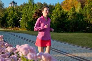 Frau läuft im Herbstpark foto