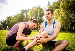 Sportverletzung - helfende Hand foto