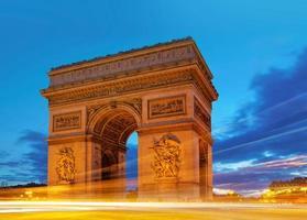 Arc de Triomphe in der Abenddämmerung foto