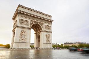 Arc de Triomphe in Paris am Morgen foto
