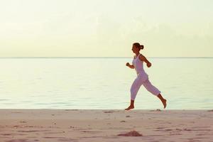 kaukasische Frau, die an der Küste joggt