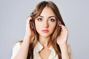Porträt der jungen kaukasischen Frau.