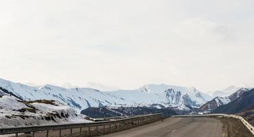 kaukasische Berge und erstaunliche Wolken foto