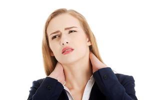 schöne kaukasische Geschäftsfrau, die ihren Hals berührt. foto
