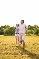 schönes kaukasisches Paar, das ihren Urlaub im Freien hat