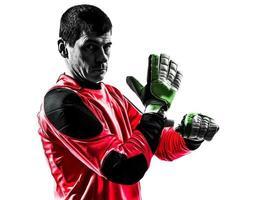 kaukasischer Fußballspieler-Torhütermann, der Handschuh-Silhouette anpasst foto