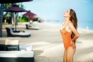 junge schöne kaukasische Frau an einem Strand foto